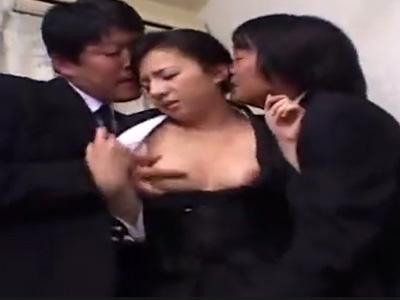 【四十路熟女動画】旦那を亡くした未亡人が親戚の男達に脅されて強引に中出しセックス!