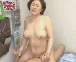 【盗撮熟女動画】五十路おばさんが若い男の自宅に誘われて中出しセックスを楽しむ!