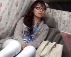 【ナンパ熟女動画】街を歩くメガネ美人奥様に謝礼を餌に車内でフェラチオ依頼…大胆に咥え込む!