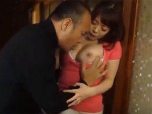 【近親相姦熟女動画】旦那が居るにも関わらず義父に肉体関係を迫る性欲旺盛な美熟女!