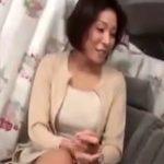 【ナンパ熟女動画】セレブ美熟女がカメラの前で股を開き、脚を震わせ絶頂し生中出し!