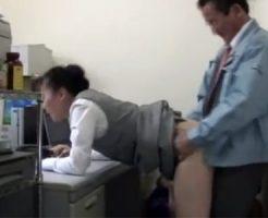 【五十路熟女動画】オフィスで事務員おばさんの弱みに付け込んで社長が強引に犯しまくる!